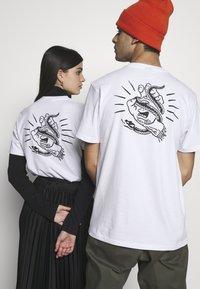 Santa Cruz - UNISEX SNAKE BITE IN - T-shirt med print - white - 2