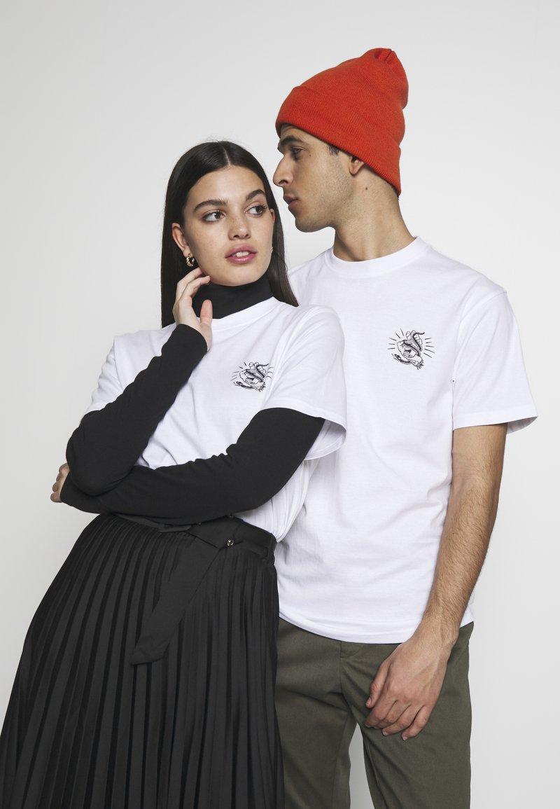 Santa Cruz - UNISEX SNAKE BITE IN - T-shirt med print - white