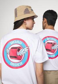 Santa Cruz - UNISEX ROAD RIDER - Triko spotiskem - white - 3