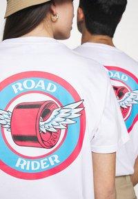 Santa Cruz - UNISEX ROAD RIDER - Triko spotiskem - white - 5