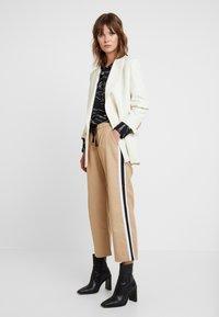 Sisley - DRAWSTRING PANT WITH VARSITY SIDE STRIPE - Pantaloni - beige - 2