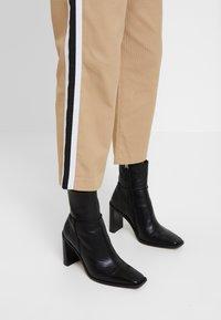 Sisley - DRAWSTRING PANT WITH VARSITY SIDE STRIPE - Pantaloni - beige - 5