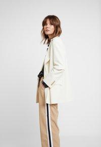 Sisley - DRAWSTRING PANT WITH VARSITY SIDE STRIPE - Pantaloni - beige - 4