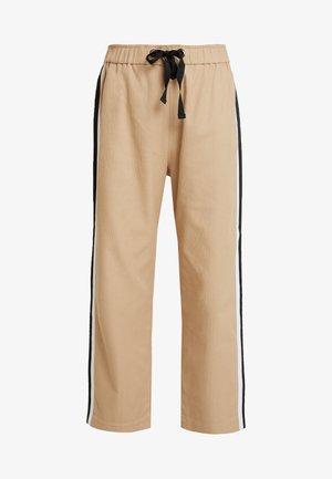 DRAWSTRING PANT WITH VARSITY SIDE STRIPE - Stoffhose - beige