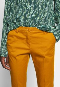 Sisley - Chinot - yellow - 5