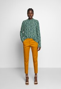 Sisley - Chinot - yellow - 1