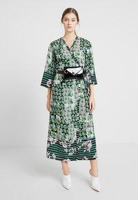 Sisley - ORIENTAL KIMONO WRAP DRESS - Vestito lungo - green leaf - 1
