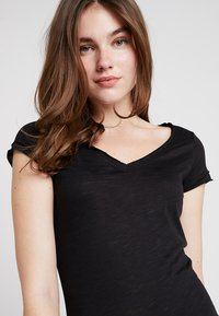 Sisley - VNECK TEE - T-Shirt basic - black - 3