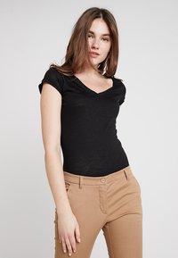 Sisley - VNECK TEE - T-Shirt basic - black - 0