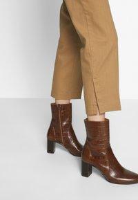 Sisley - TROUSERS - Pantaloni - brown - 3
