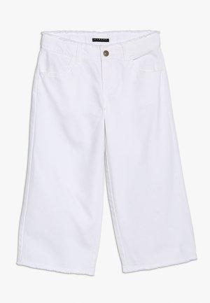 TROUSERS - Široké džíny - white