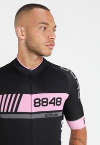 8848 Altitude - PAN LOOP BIKE  - T-Shirt print - black/pink - 3