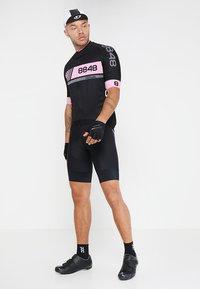 8848 Altitude - PAN LOOP BIKE  - T-Shirt print - black/pink - 1