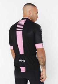 8848 Altitude - PAN LOOP BIKE  - T-Shirt print - black/pink - 2