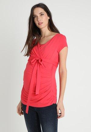 SOLANGE - T-shirt med print - coral