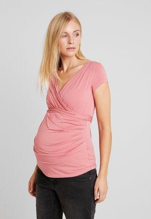 SOLANGE - T-shirt med print - raspberry