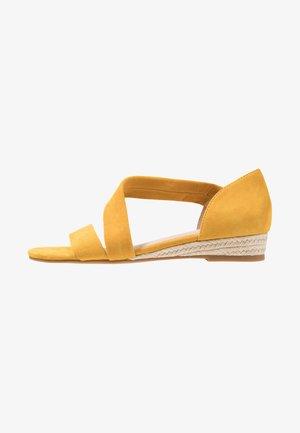 MOEWEN - Sandały na koturnie - mustard