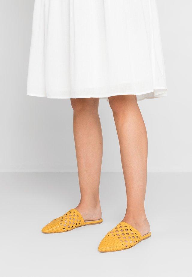 RYLYAN - Pantolette flach - mustard