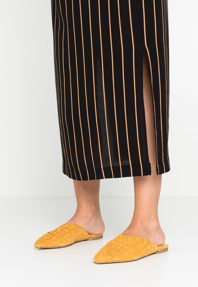 ELILIWIA - Pantolette flach - mustard