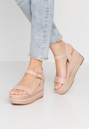 MAUMA - Sandály na platformě - pink