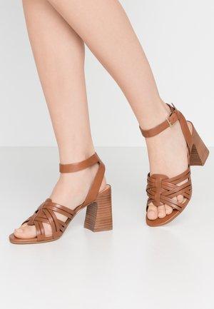 HOLLANDSE - Sandály na vysokém podpatku - cognac