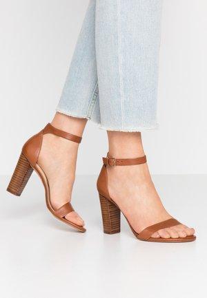 JERAYCLYAD - Sandaler med høye hæler - cognac