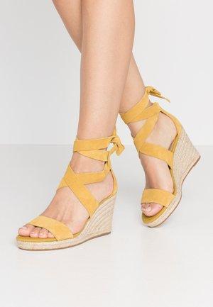 LARETTA - Sandalen met hoge hak - yellow