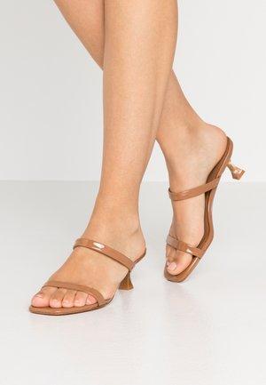ROCKY BARNES CAPRI - Pantofle na podpatku - medium brown