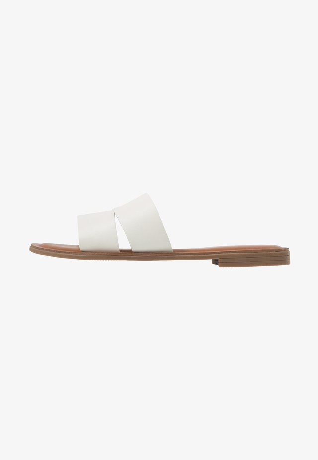 ANDONIA - Pantolette flach - white