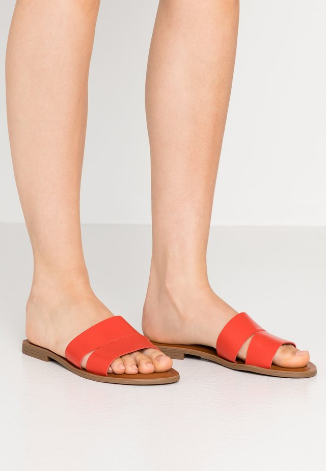 ANDONIA - Pantolette flach - red