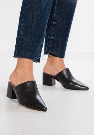 PIRERI - Pantofle na podpatku - black