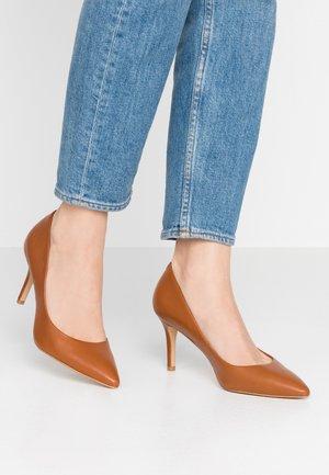 CORONITI - Zapatos altos - cognac