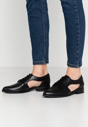 TOKEL - Šněrovací boty - black