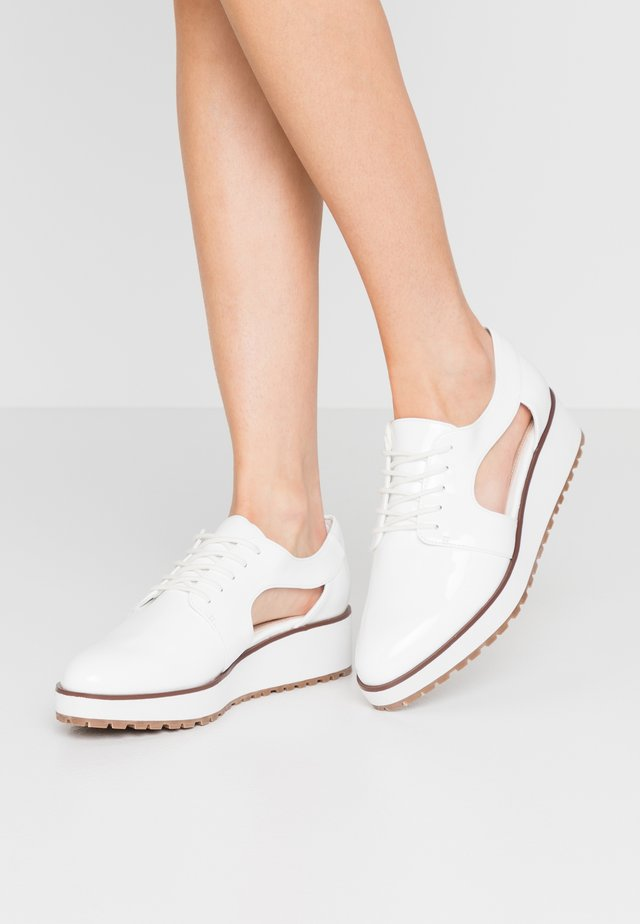 LORAMY - Veterschoenen - white