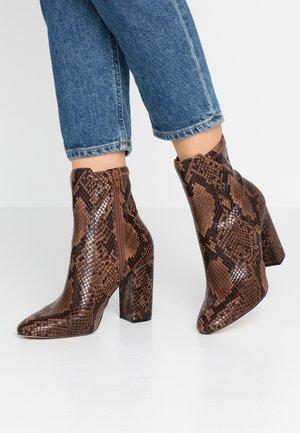 AURELLA - Kotníková obuv na vysokém podpatku - brown