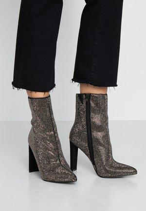 POSTMAWEI - Højhælede støvletter - black/silver/multicolor