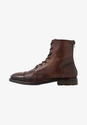 GURNARD - Šněrovací kotníkové boty - cognac