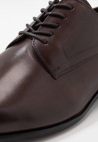 ALDO - PROVEN - Elegantní šněrovací boty - dark brown - 5