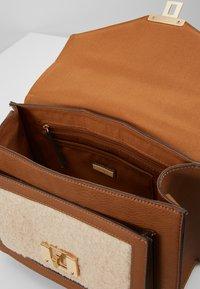 ALDO - VASYA - Håndtasker - cognac - 4