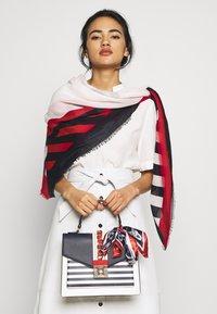 ALDO - GLENDAA - Håndtasker - peacoat/white/red - 1