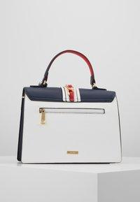 ALDO - GLENDAA - Håndtasker - peacoat/white/red - 2