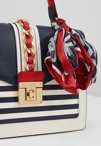 ALDO - GLENDAA - Håndtasker - peacoat/white/red - 6