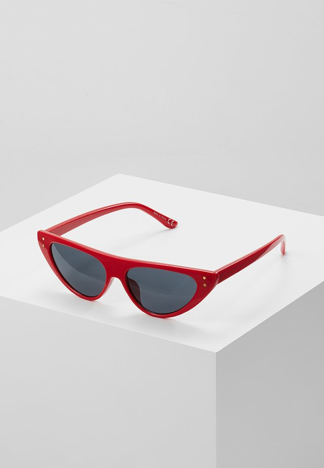 QUCIA - Occhiali da sole - red
