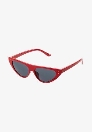 QUCIA - Sunglasses - red