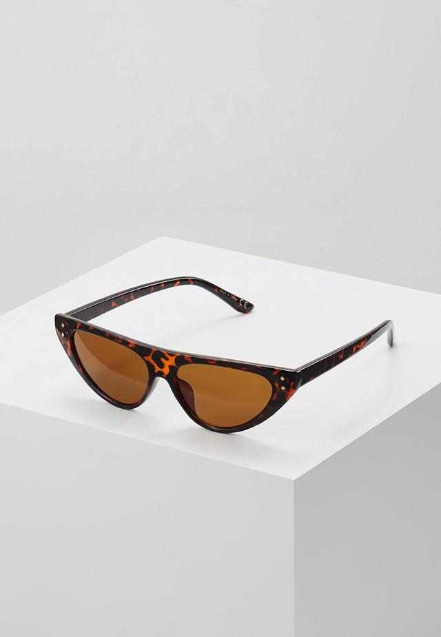 QUCIA - Occhiali da sole - brown miscellaneous