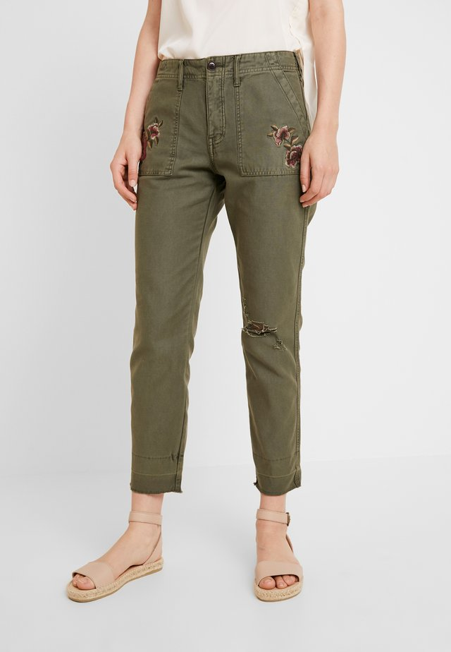 EMBROIDERY - Stoffhose - olive