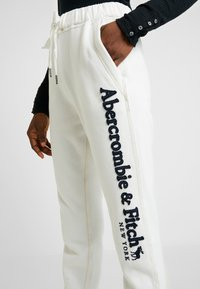 Abercrombie & Fitch - LONG LIFE - Tracksuit bottoms - white - 5