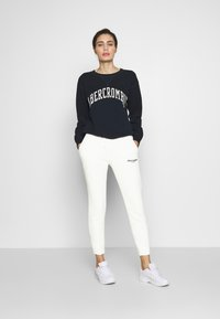 Abercrombie & Fitch - TREND LOGO  - Tracksuit bottoms - light grey - 1
