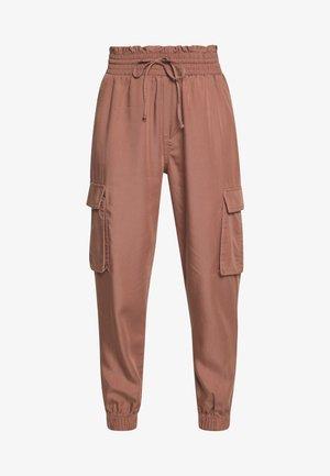 JOGGER - Spodnie materiałowe - brown