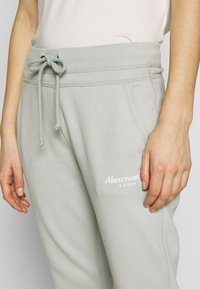 Abercrombie & Fitch - TREND LOGO JOGGER  - Joggebukse - moss grey - 4